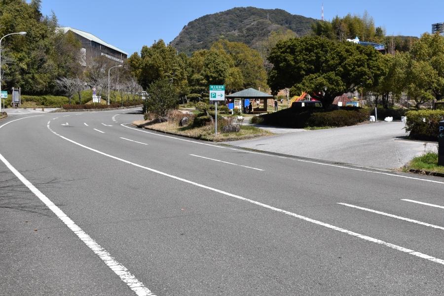西門から入って右手に駐車場が見えます