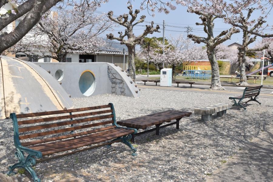お山の遊び場前のベンチ