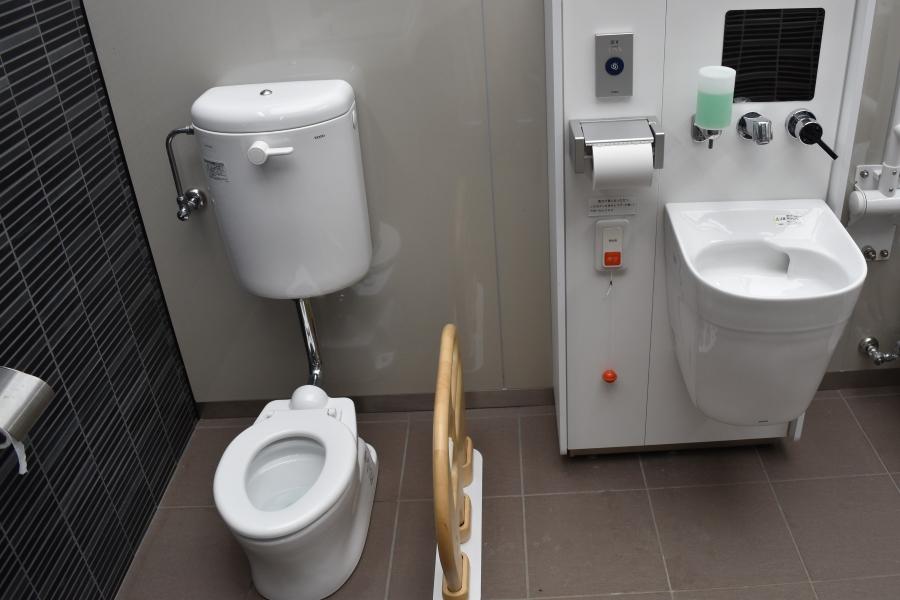 多機能トイレに幼児用の便座があります