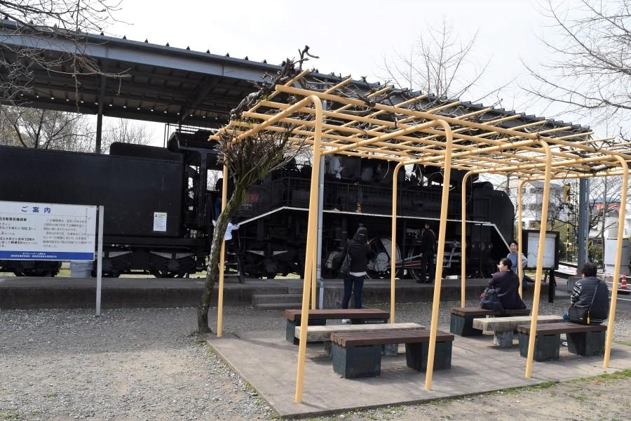 蒸気機関車前のベンチ