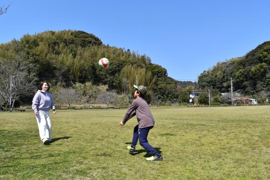 広い芝生の上でボール遊びができます