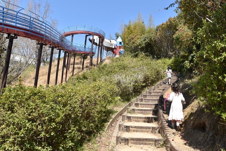 すべり台の両脇から登ることができます。上まで登るのは大変!