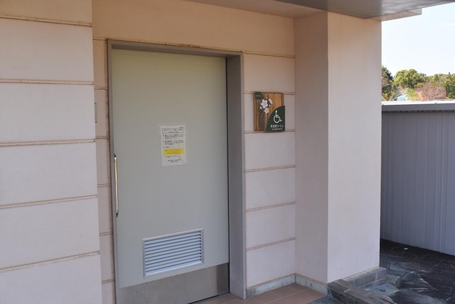 管理棟裏のトイレ