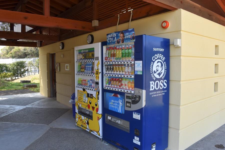 第 2 駐車場横のトイレと管理棟裏に自動販売機があります