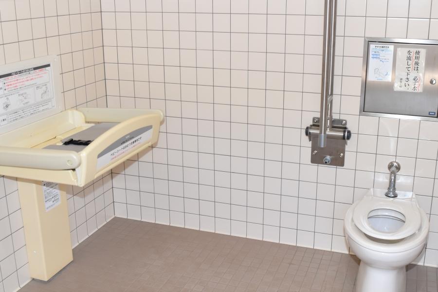 多目的トイレにおむつ台があります