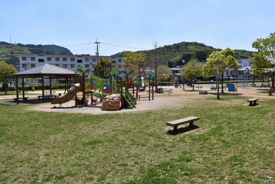 沖田公園|遊具が豊富な高知市朝倉の人気公園。買い物帰りに遊べます