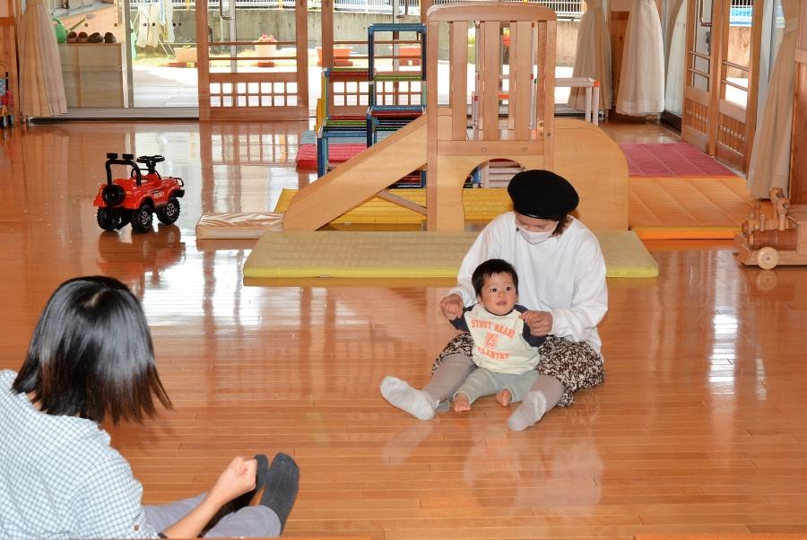 広い遊び場で知られる高知市の「ぽけっとランド」。外にはテラスや砂場もあります