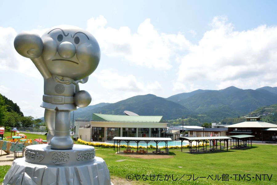 開館15周年で建てられた「たたかうアンパンマン像」