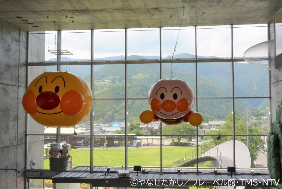 香北町の空を飛ぶアンパンマン。「窓の外の風景も含めて、1枚の絵として楽しんでほしい」とのことです