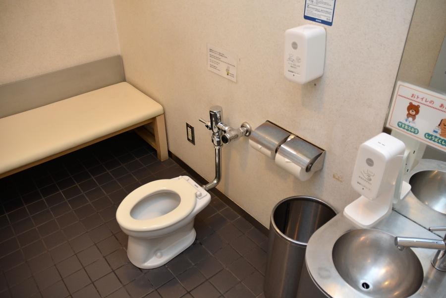 地下1階の子ども用トイレ。入ると歌が流れます