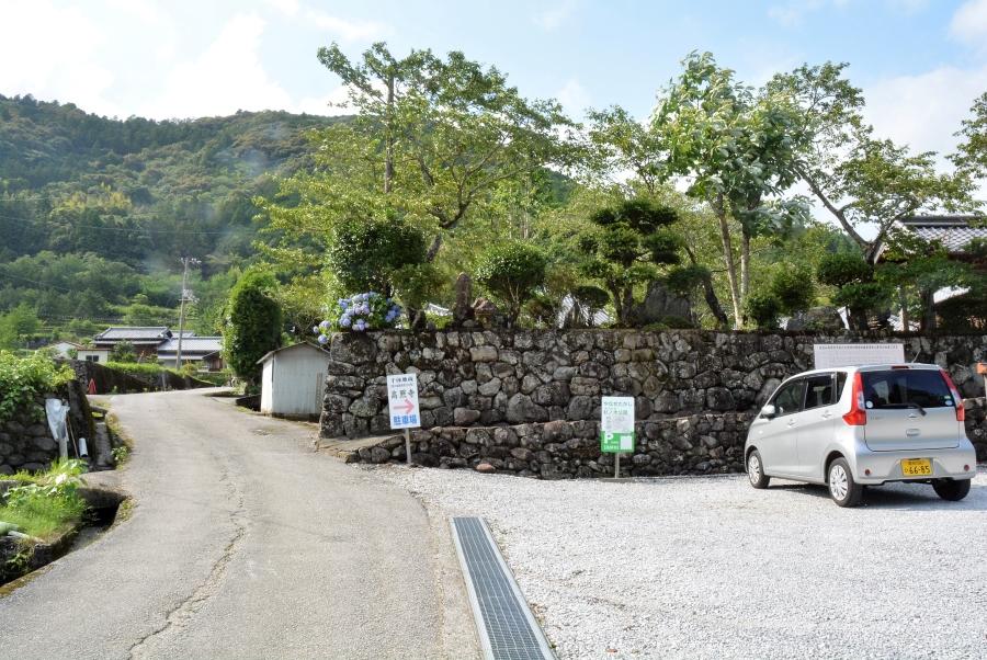 近くの高照寺の駐車場が使えます。この道をまっすぐ進んでください