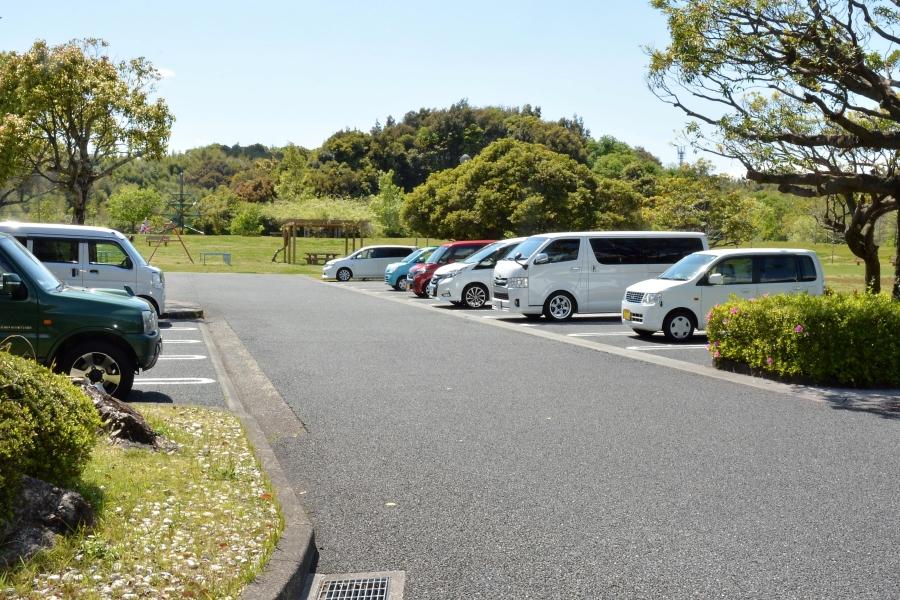 白い建物(清掃工場別館)の北側に専用駐車場があります