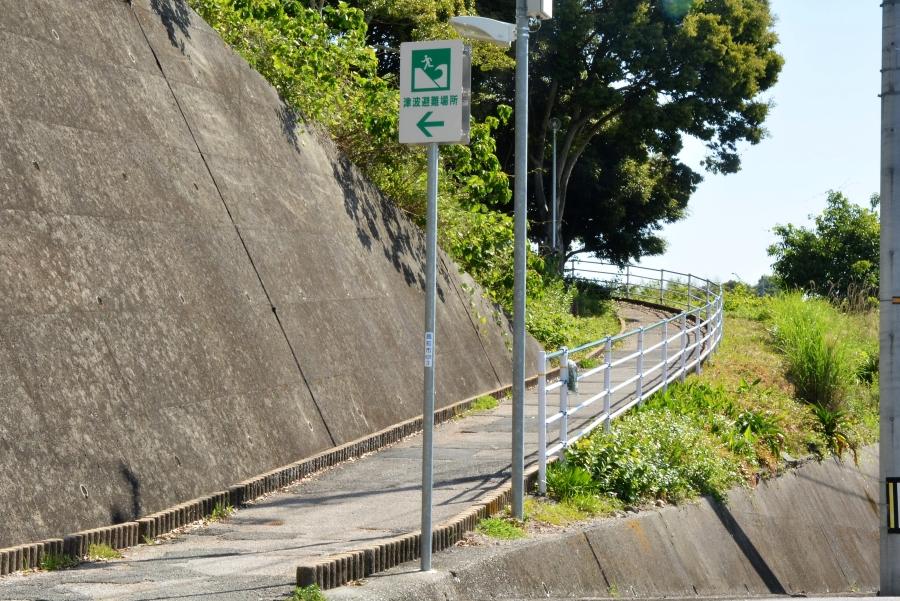 瀬戸西町、横浜南町側からのスロープ。自転車もOK