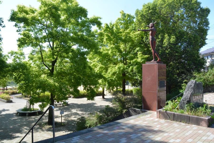 横浜新町側からの階段。銅像が目印です
