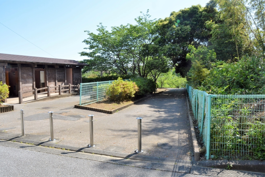 横浜新町側からのスロープ。左はトイレです