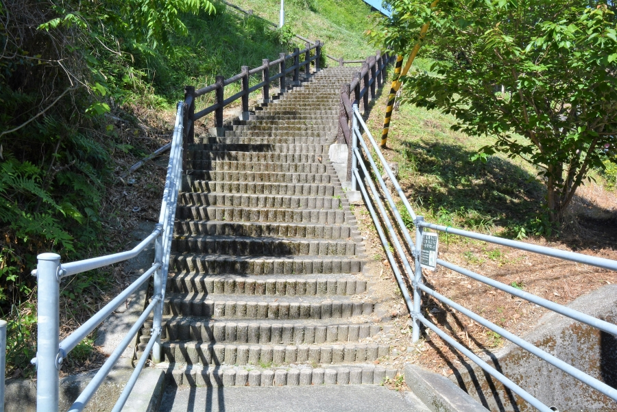 瀬戸西町側からの階段。90 段あります