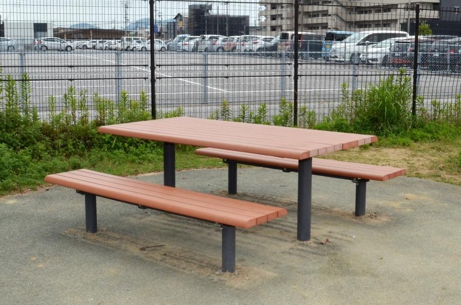屋根なしのベンチもあります