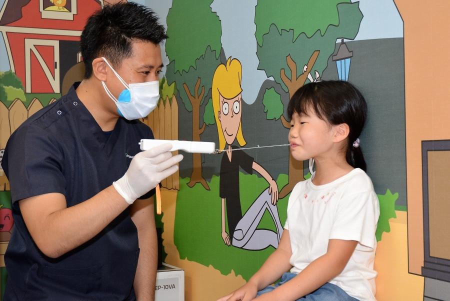 器具を使い、唇を閉じる力を測ります(高知市鵜来巣のうぐるす歯科医院)
