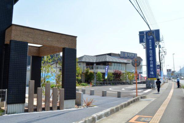 柴田ケイコさんが読み聞かせ|高知新聞住宅総合展示場「ライム」で「秋のおうち時間・暮らしフェア」