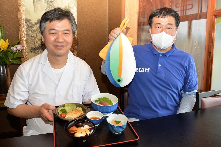 山村さん(左)と若月館長。「親子で東部に来て、シイラ料理をぜひ味わってください」