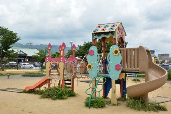 北御座公園|高知市のアグリコレットの近く。お菓子の家のような遊具で遊べます