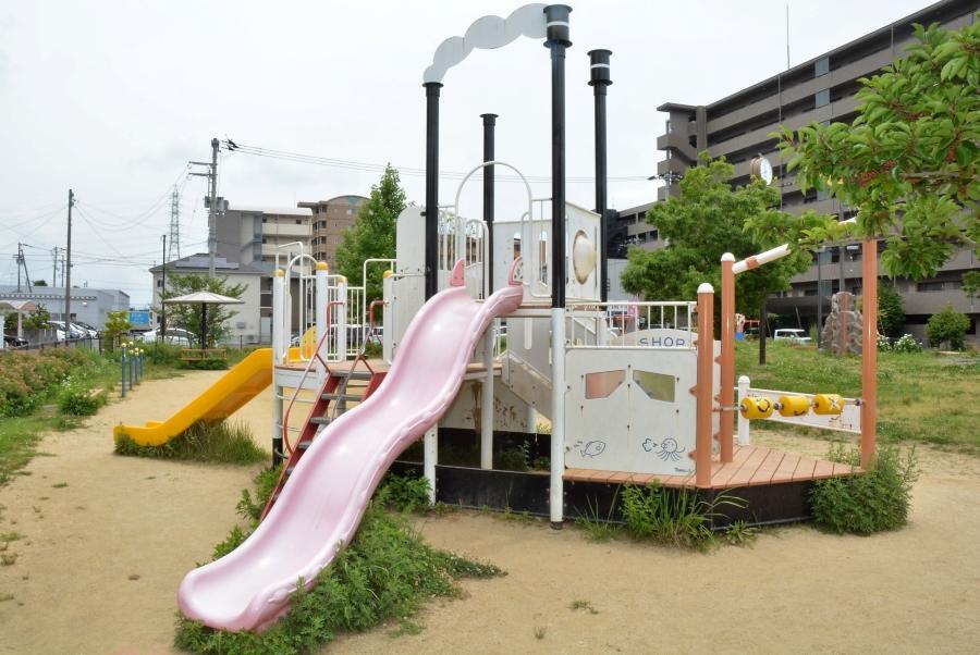 北久保公園|高知市の卸団地北側にあり、船やクライミングの遊具で遊べます