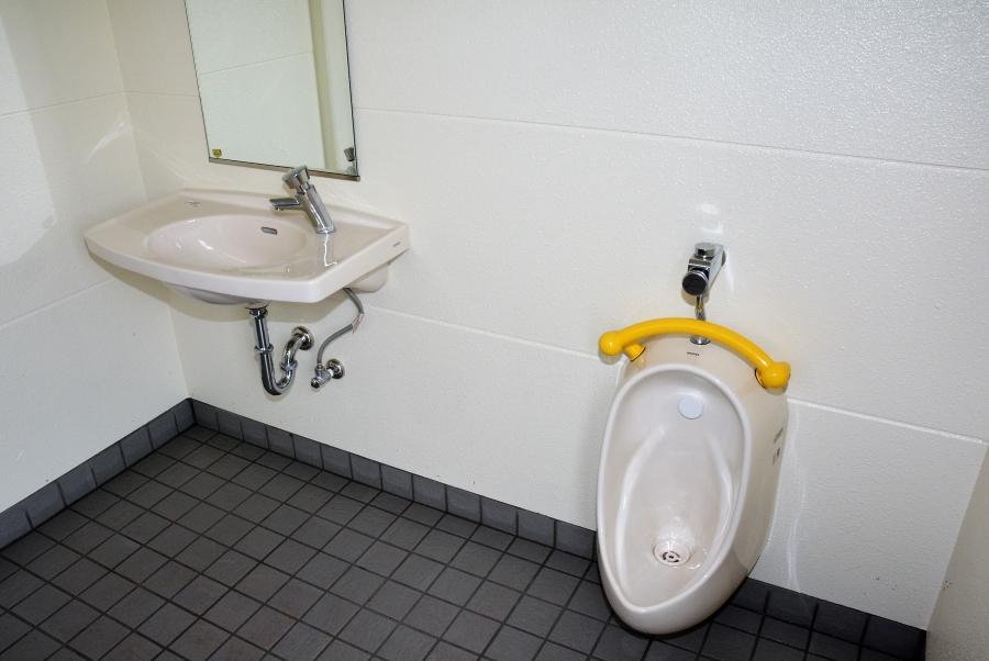 多目的トイレには子ども向けの小便器もあります