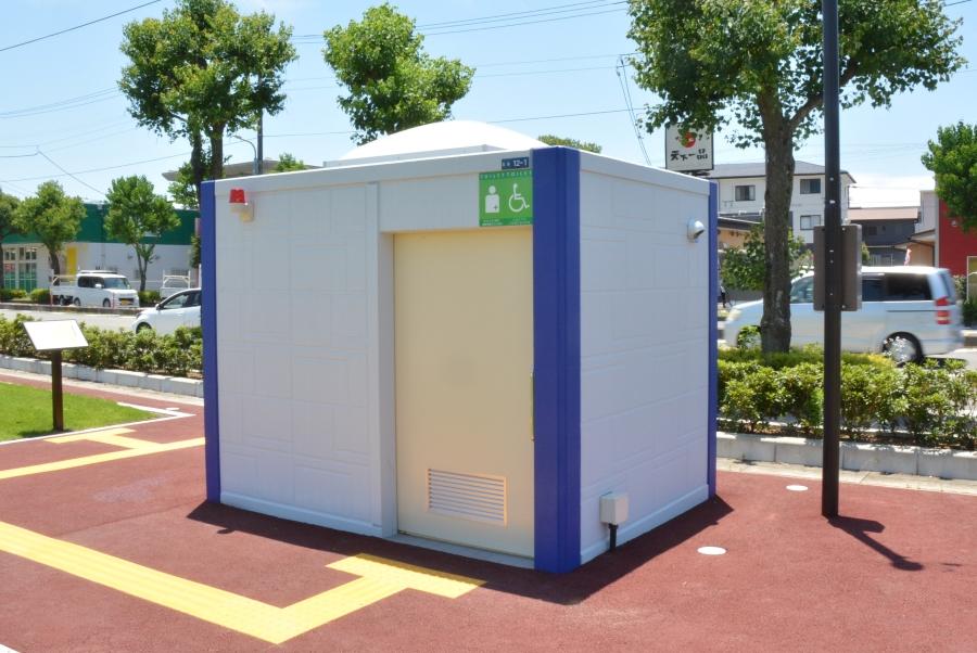 駐車場西側の多目的トイレ