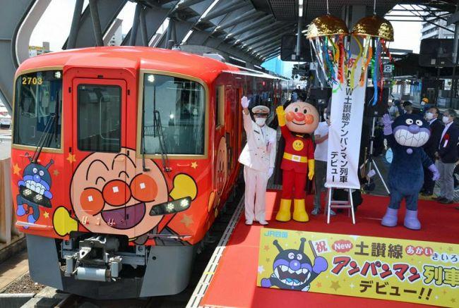 新たにお目見えした赤いアンパンマン列車(18日午後、JR高知駅)