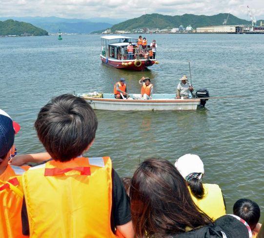 船からの投網漁を見学する子どもたち(高知市の浦戸湾)