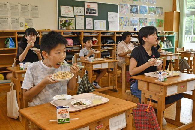 四万十川の天然ウナギのひつまぶしを食べる児童(四万十市西土佐用井の西土佐小学校)