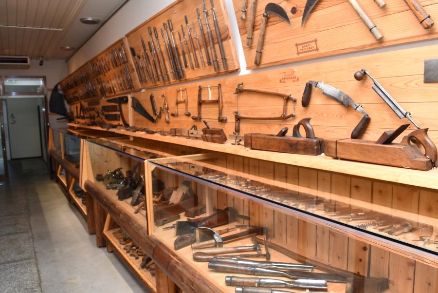 古い大工道具が並ぶ Akio コレクション