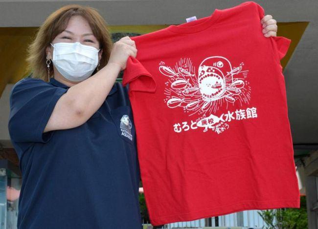 口を大きく開けたおとどちゃんが印象的な赤いTシャツ(高知市浦戸の桂浜水族館)