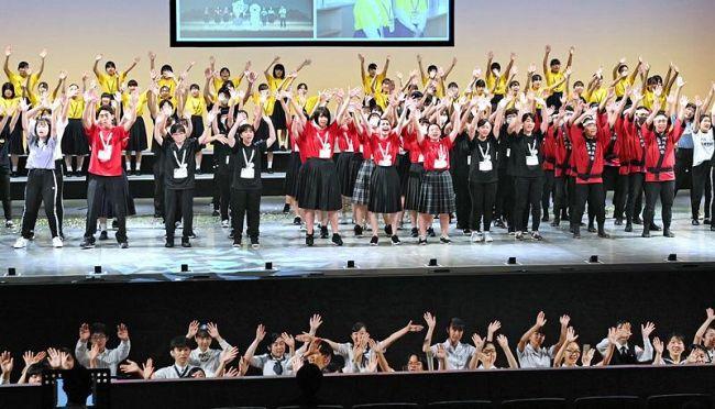 総合開会式グランドフィナーレで手を振る高知の高校生たち(6日午後、高知市の「かるぽーと」)