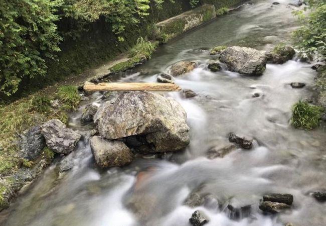奈路川の巨石の上。「落ちそうで落ちない」様が話題になっている(南国市奈路)