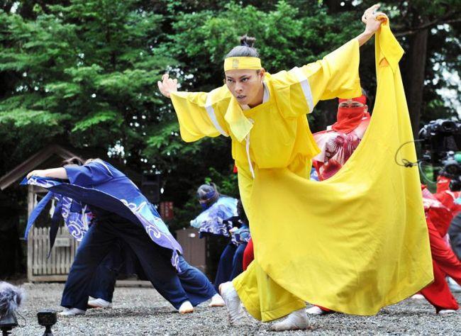 よさこいの復活を祈る舞に参加した菅原小春さん(8日午後、高知市の土佐神社)