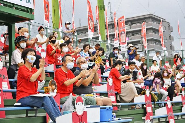 今季初めて観客を迎えたホーム戦に詰め掛け、声援を送る高知FDファン(1日夕、高知球場)