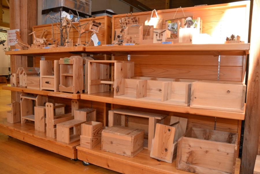 棚にはたくさんの木工作品が並んでいました