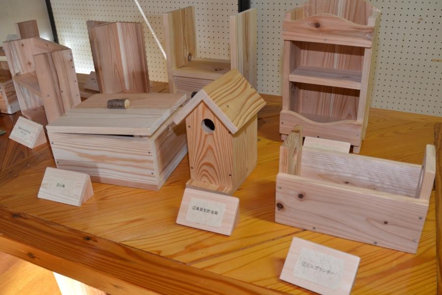 本格的な木工キットでは、貯金箱やプランターなどが作れます