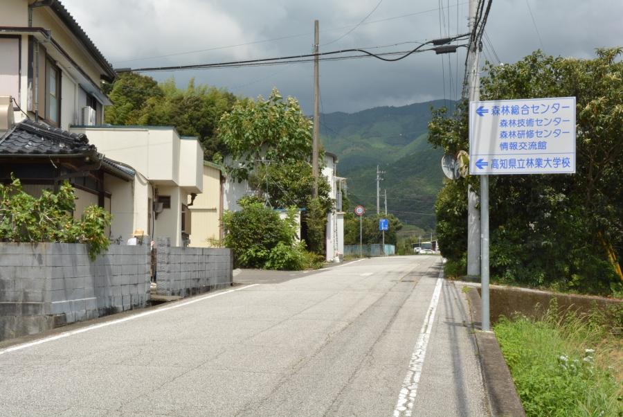 しばらく進むと右手に看板があります。左手の民家の奥の道を左折してください