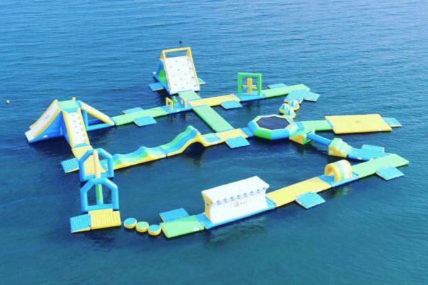 高知県東部・東洋町の白浜海水浴場で海上アスレチック「ビーチホッピング」|走って、跳んで、海にバッシャーン!