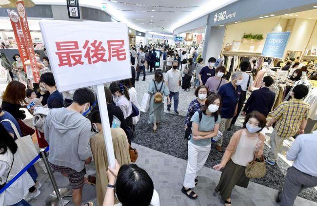 オープン直後から大勢の買い物客でにぎわう東館(高知市のイオンモール高知)