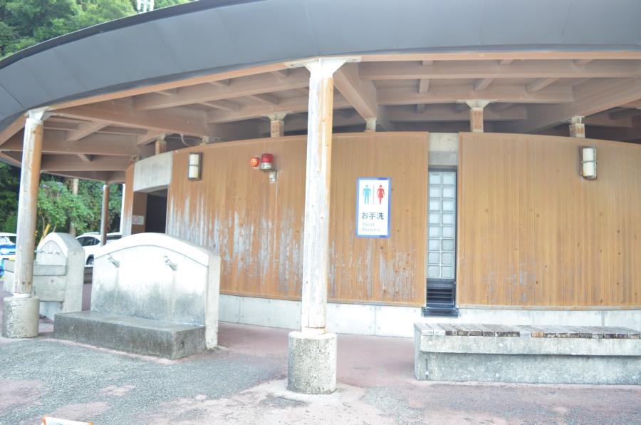 多目的トイレは茶色い建物にあります