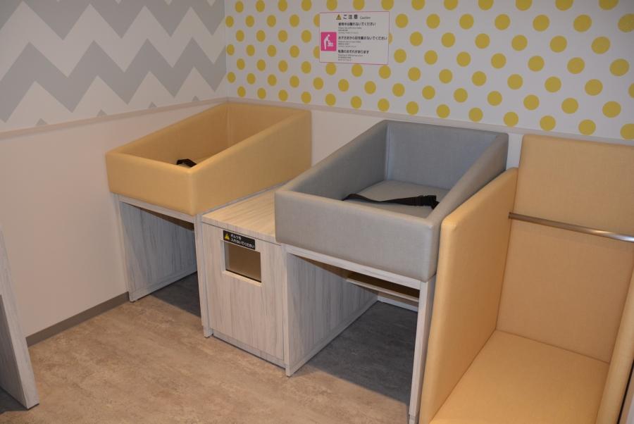 トイレの向かいにはおむつ台があります
