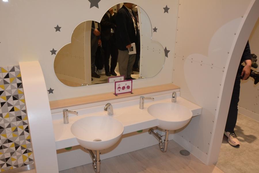 手洗い場。鏡も楽しいですね