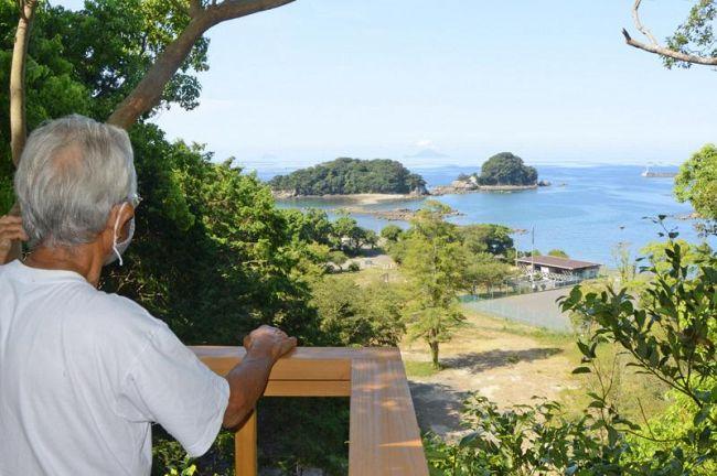 ツリーハウスからの眺め。咸陽島(中央)の奥の水平線には鵜来島が浮かぶ