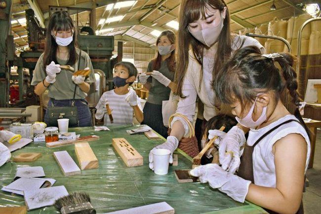古材を使った工作ワークショップを楽しむ人たち(安芸市下山)