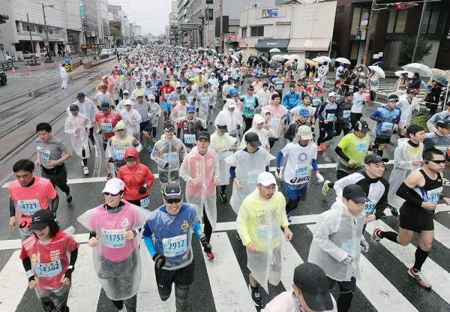 1万1816人が出走した今年の高知龍馬マラソン。来年大会の中止で土佐路を駆けるランナーの姿が再び見られるのはいつになるのか…(高知市本町3丁目)