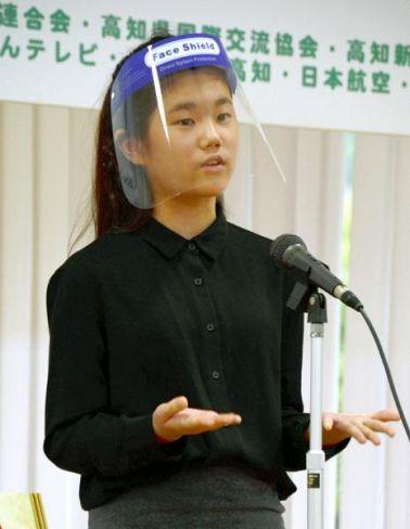 英語で差別について訴える和田桧雨さん(土佐市の明徳義塾中高竜キャンパス)