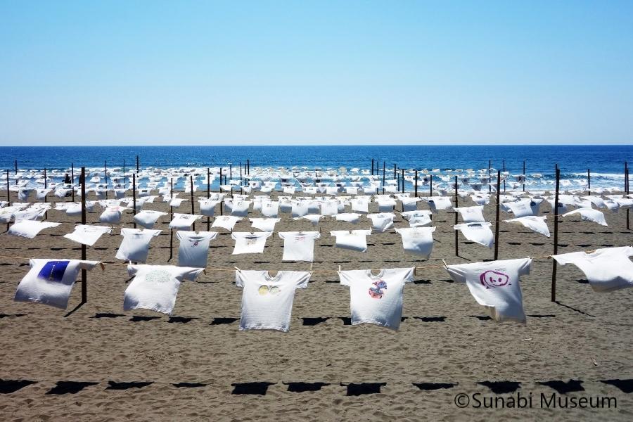 青い海、空、そしてTシャツ。砂浜がアートに 黒潮町で「第32回Tシャツアート展」